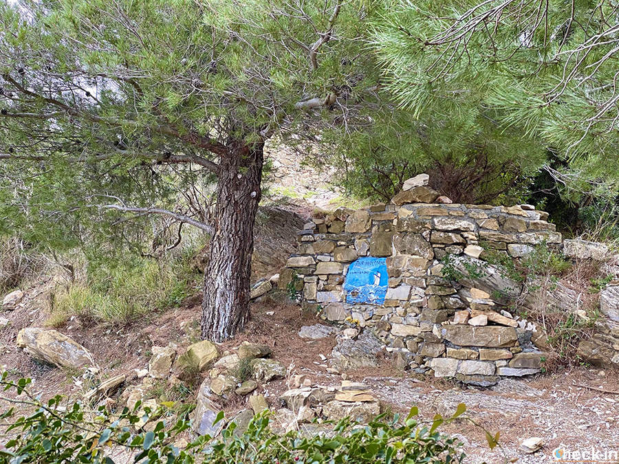 Tomba di Thor Heyerdahl nei pressi di Colla Micheri - Liguria, Italia