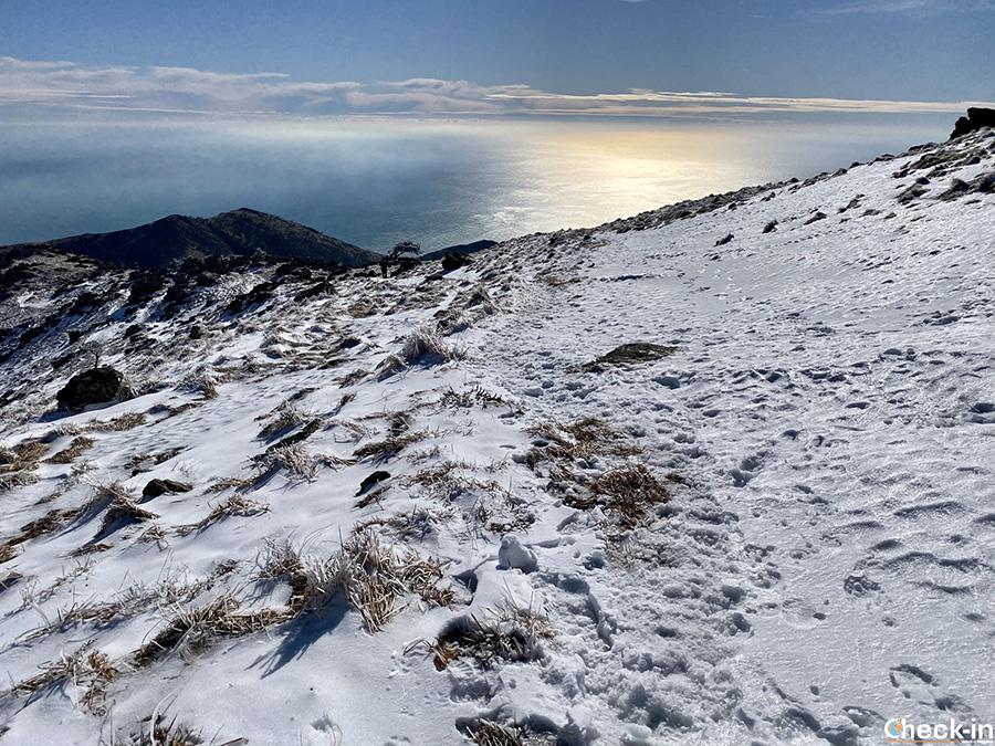 Mare e neve, paesaggio ligure in inverno - Monte Reixa, Arenzano
