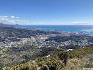 """Vista panoramica sulla costa di Genova fino a Portofino dal monte """"Bric dei Corvi Sud"""""""