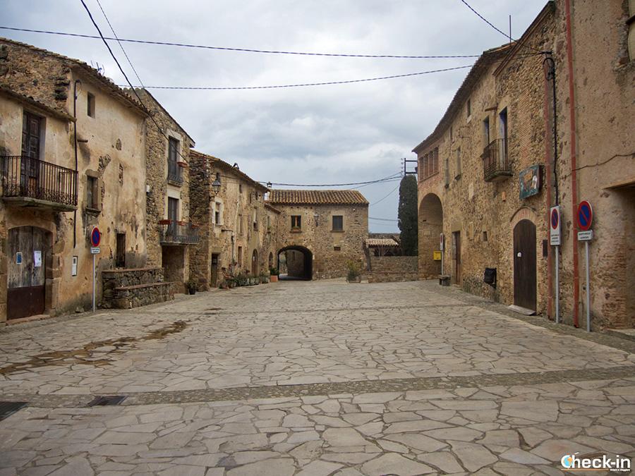 Plaza Mayor de Púbol - Municipio de La Pera, cerca de Girona