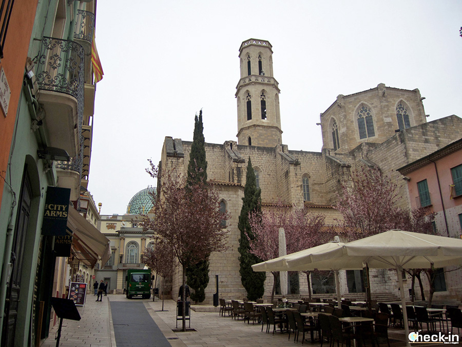 Plaza e Iglesia de Sant Pere y la cúpula del Teatro-Museo de Dalí - Casco antiguo de Figueres