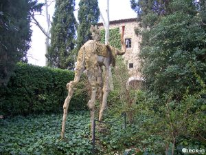 """Los elefantes """"dalinianos"""" en el jardín del Castillo de Gala - Púbol, Costa Brava"""