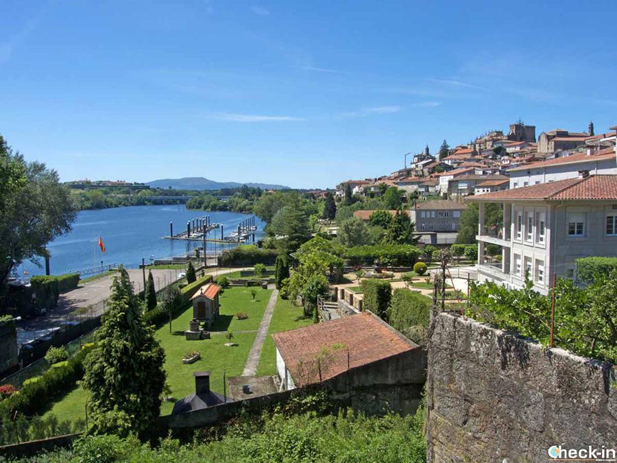 Vista panorámica de Tui desde el Parque Alameda - Galicia, España
