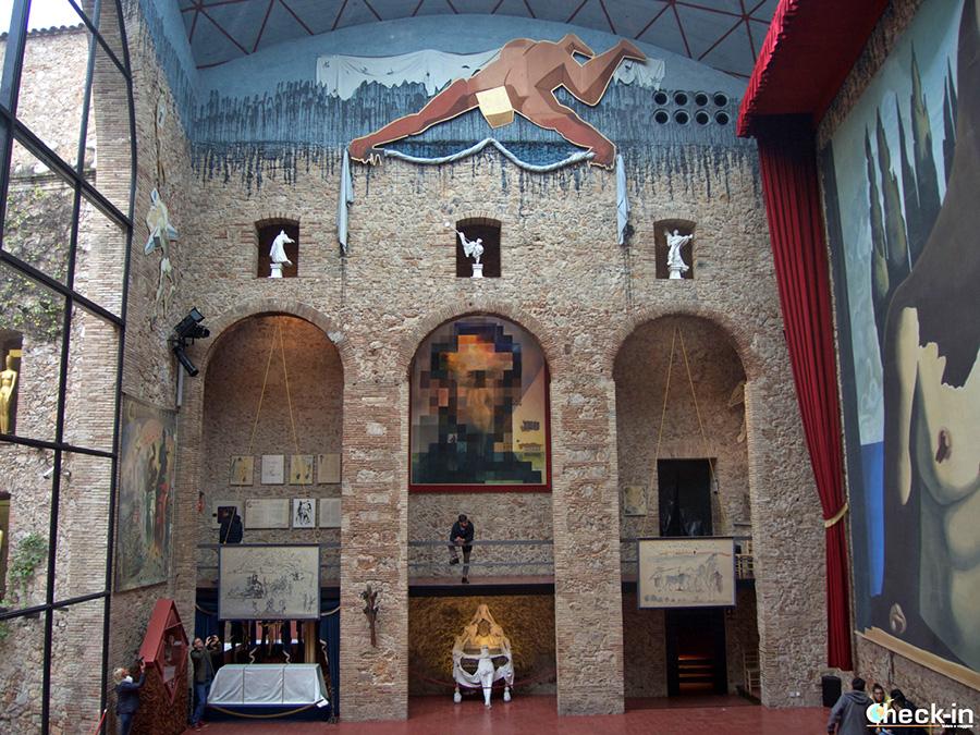 """Recorrido en el Teatro-Museo de Dalí: """"Gala mirando el mar"""" y cara de Lincoln"""