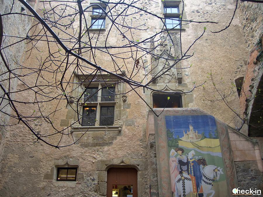 Patio del Castillo Gala Dalí en Púbol - Comienzo de la visita