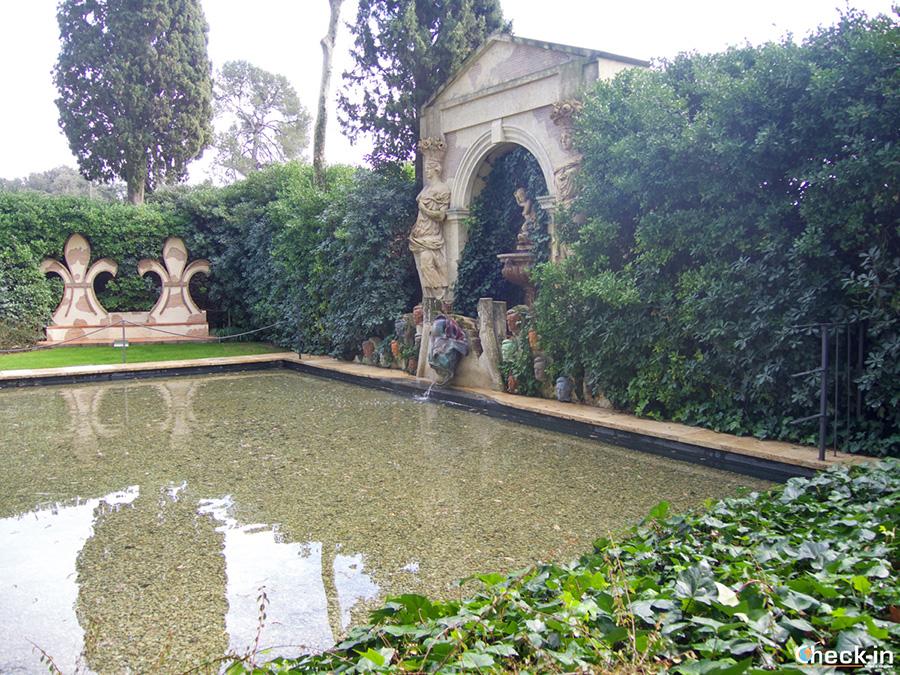Piscina con el busto de Richard Wagner - Jardín del Castillo Gala Dalín en Púbol
