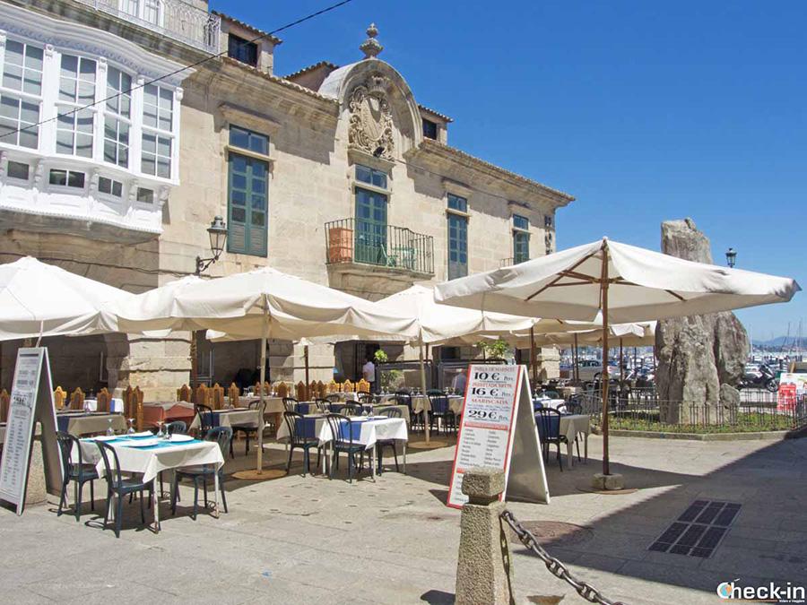 Qué ver en el centro histórico de Baiona: Monolito de la Arribada
