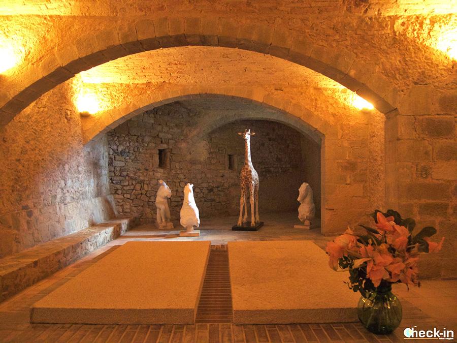 Mausoleo de Gala y la tumba vacía de Dalí - Castillo del Púbol