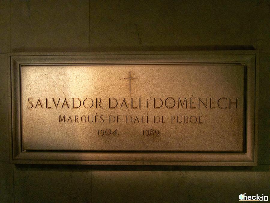 Lápida de Dalí en la cripta del Teatro-Museo en Figueres - Costa Brava, España del norte