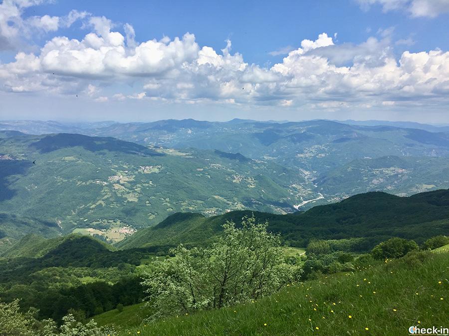 Panorama dell'appennino Ligure dalla croce sulla vetta del Monte Lésima, al confine tra Emilia Romagna e Lombardia