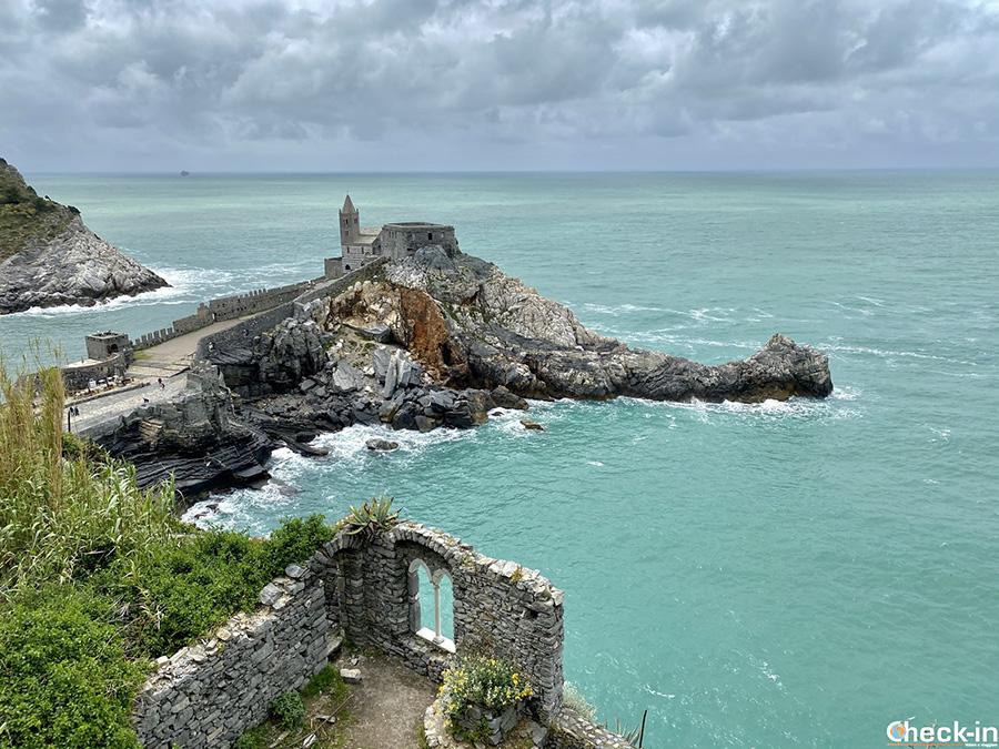 Angoli più belli della Liguria: mulini e panorama sulla Chiesa di S. Pietro a Portovenere