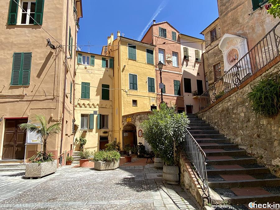 Angoli suggestivi della Liguria: Palazzo Gandolfo e case color pastello a Imperia