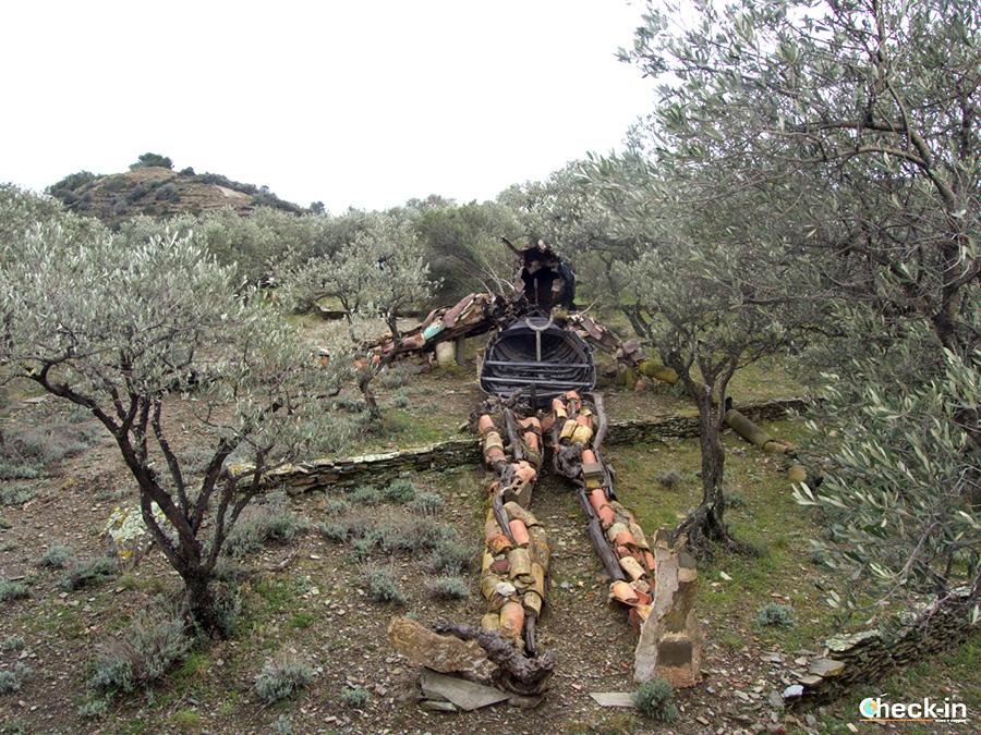 """""""El Cristo de los escombros"""" en el jardín de la Casa de Dalí en Port Lligat"""