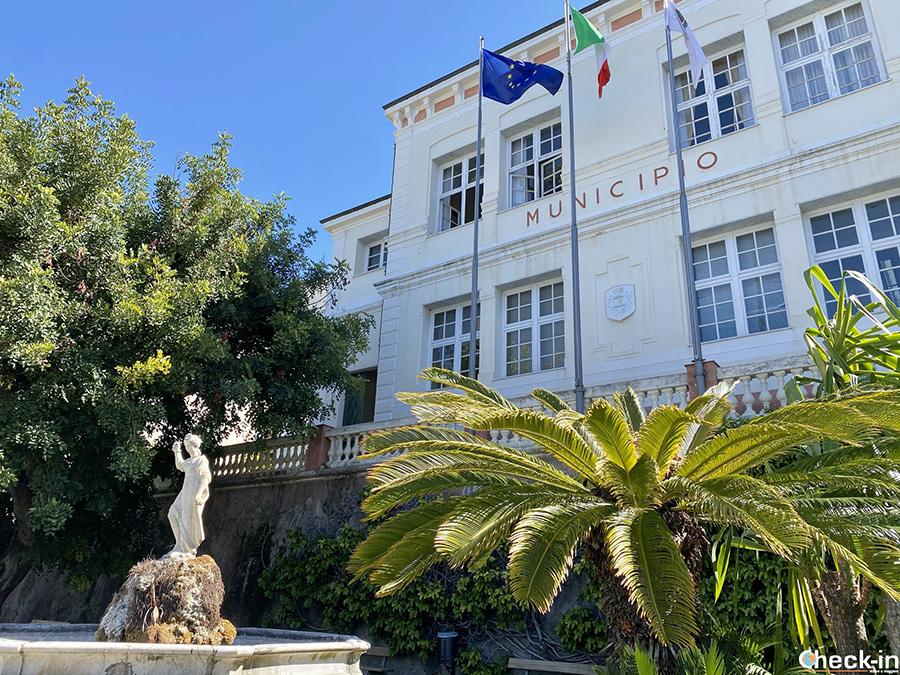Municipio di Bordighera e fontana con la statua di Magiargè - Liguria di ponente