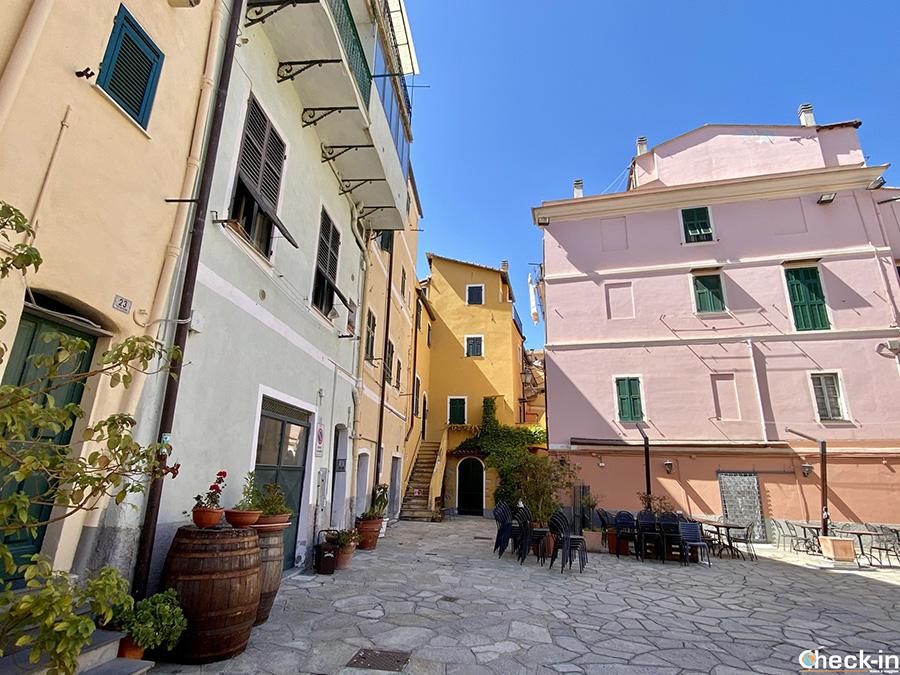 Luoghi suggestivi di Imperia Porto Maurizio: Piazza S. Antonio a Borgo Marina