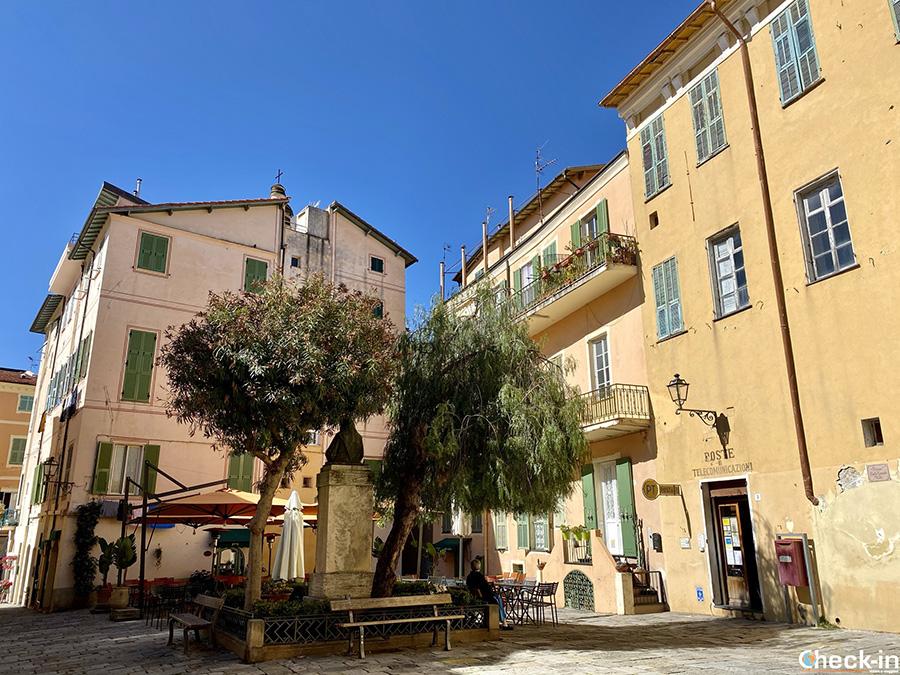 Angoli affascinanti di Bordighera Alta: Piazza Viale (Liguria)