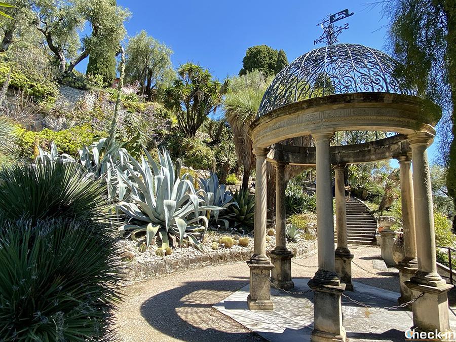 """Patrimonio architettonici nei Giardini Botanici Hanbury - Tempietto nell'area """"Quattro Stagioni"""""""