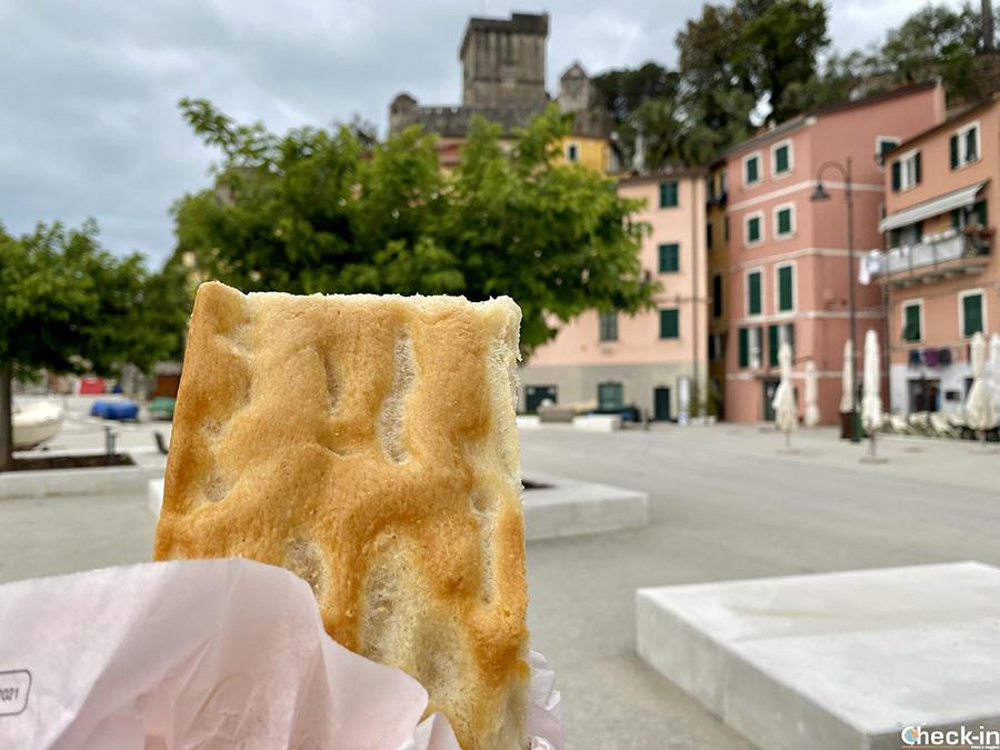 """Cosa mangiare di tipico nel Golfo dei Poeti (Liguria): la """"Focaccia della Linetta"""" a San Terenzo di Lerici"""