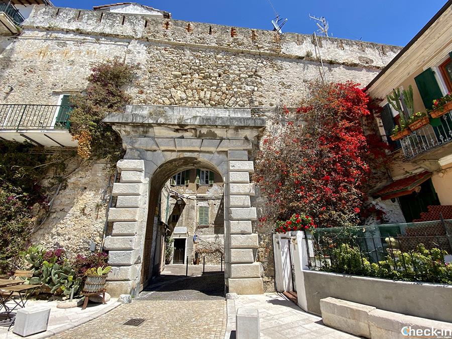 """Cosa vedere a Ventimiglia Alta: Porta Nizza e belvedere """"Punto Rosy"""""""