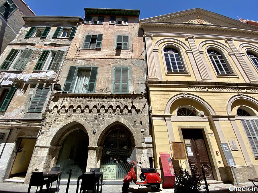 Loggia del Parlamento e Biblioteca Civica Aprosiana di Ventimiglia Alta (Liguria)