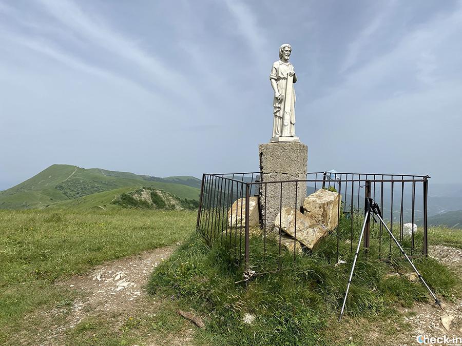 Cima del Monte Chiappo con Statua di S. Giuseppe, rifugio ed arrivo della seggiovia da Pian del Poggio (Appennino Ligure)