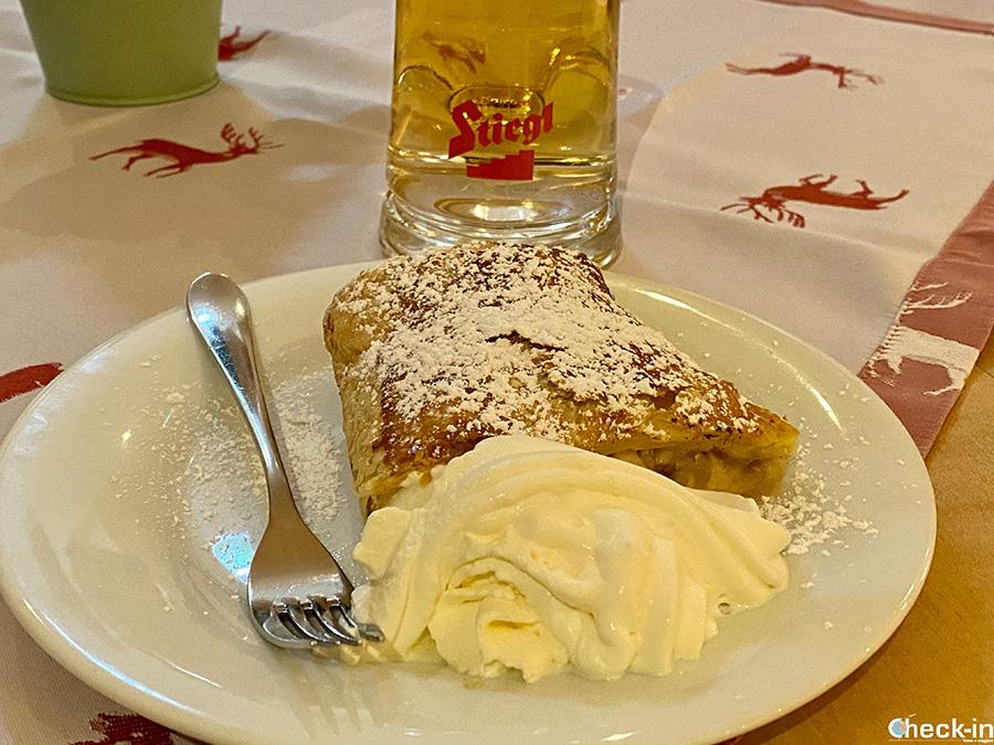 """Strudel e birra Radler al ristorante """"Schlosswirt"""" del Castello di Tratzberg"""