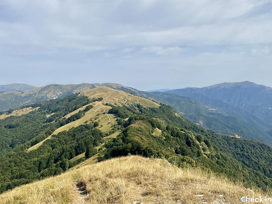 """Vista panoramica dal M.te Carmo sulle altre cime dell'Appennino Ligure, nella zona delle """"4 province"""""""