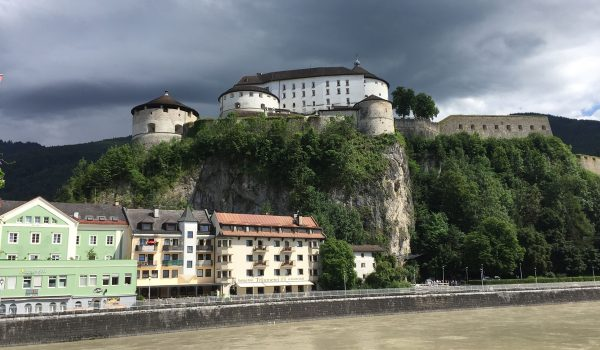 Il Boutique Hotel Träumerei di Kufstein visto dal ponte sul fiume Inn
