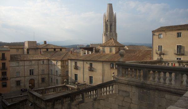 Scorci di Girona: la torre di Sant Feliu vista dalla scalinata davanti alla Cattedrale
