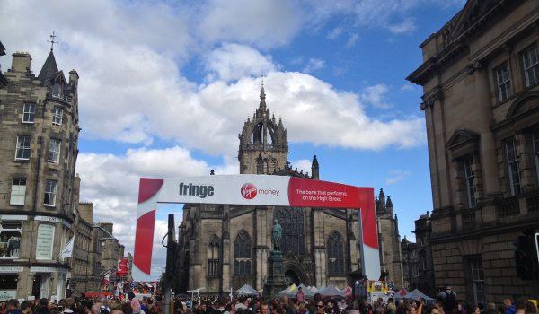 Turisti riempiono la Royal Mile di Edimburgo per il Fringe Festival