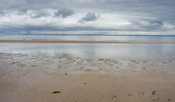 Il mare del nord si fonde con il cielo scozzese a Leven