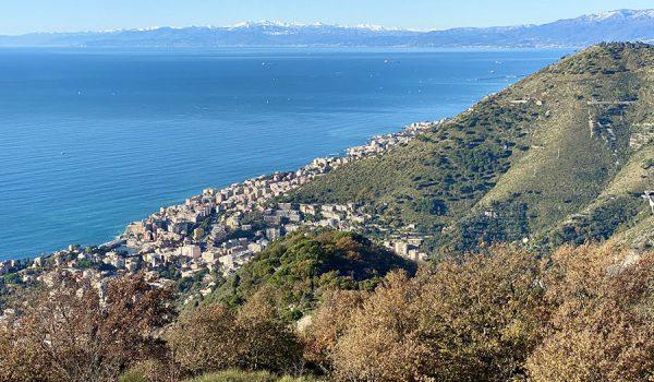 Vista panoramica del Golfo di Genova e Alpi Marittime dal monte Giugo