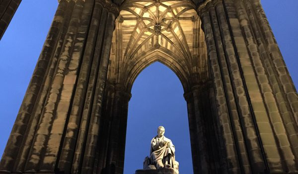 Il Walter Scott Monument a Edimburgo by night