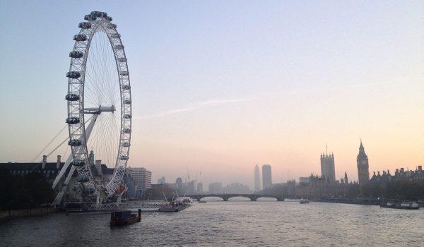 La London Eye di Londra al tramonto con il Big Ben e Westminster sullo sfondo