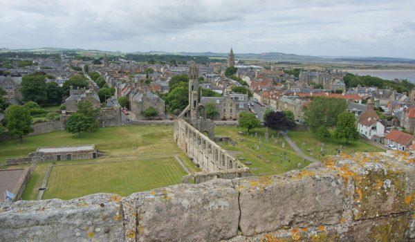 Vista panoramica su St Andrews dalla St Rule Tower della Cattedrale