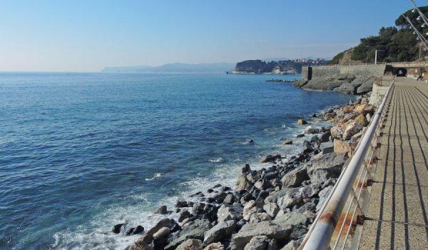 Passeggiata lungomare tra Varazze e Celle ligure sul percorso della ex ferrovia Genova-Ventimiglia