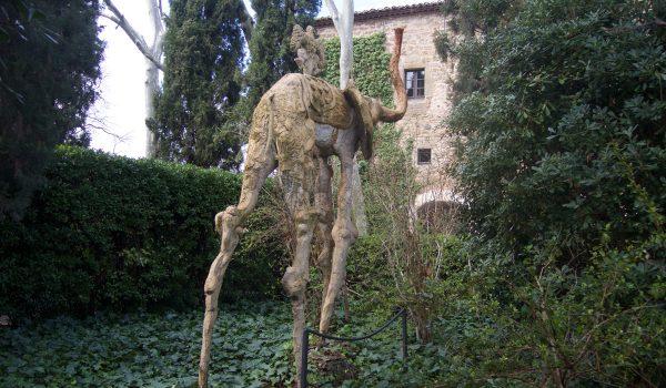 Statue nel giardino del Castello Gala-Dalí di Púbol